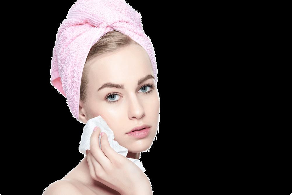 Pohled z předu na mladou ženu s růžovým ručníkem na hlavě