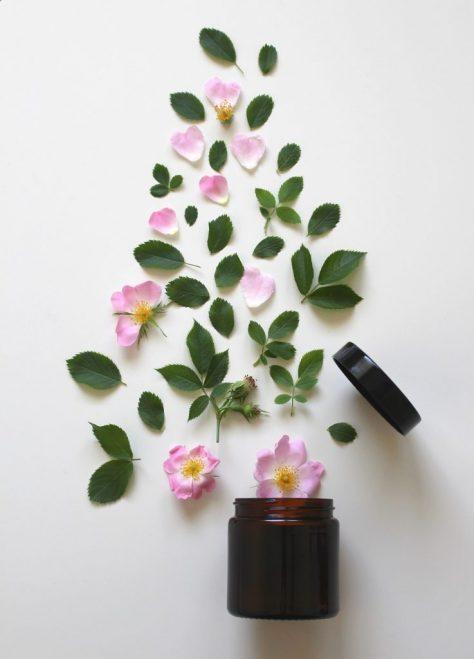 Květy a listy na podložce vytvářející vzhled stromu