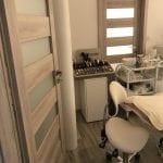Salónní místnost s pohledem na kosmetické přípravky